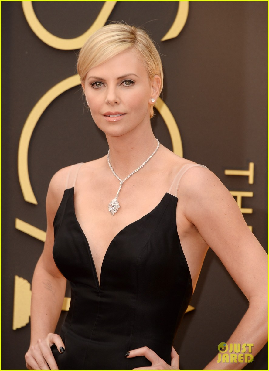 charlize theron stuns in dior on oscars 2014 red carpet 033063847