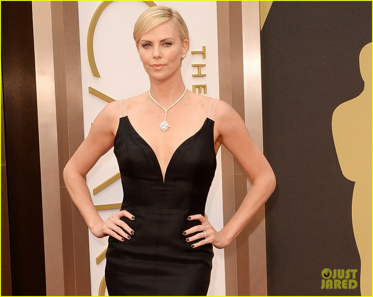 charlize theron stuns in dior on oscars 2014 red carpet 053063849