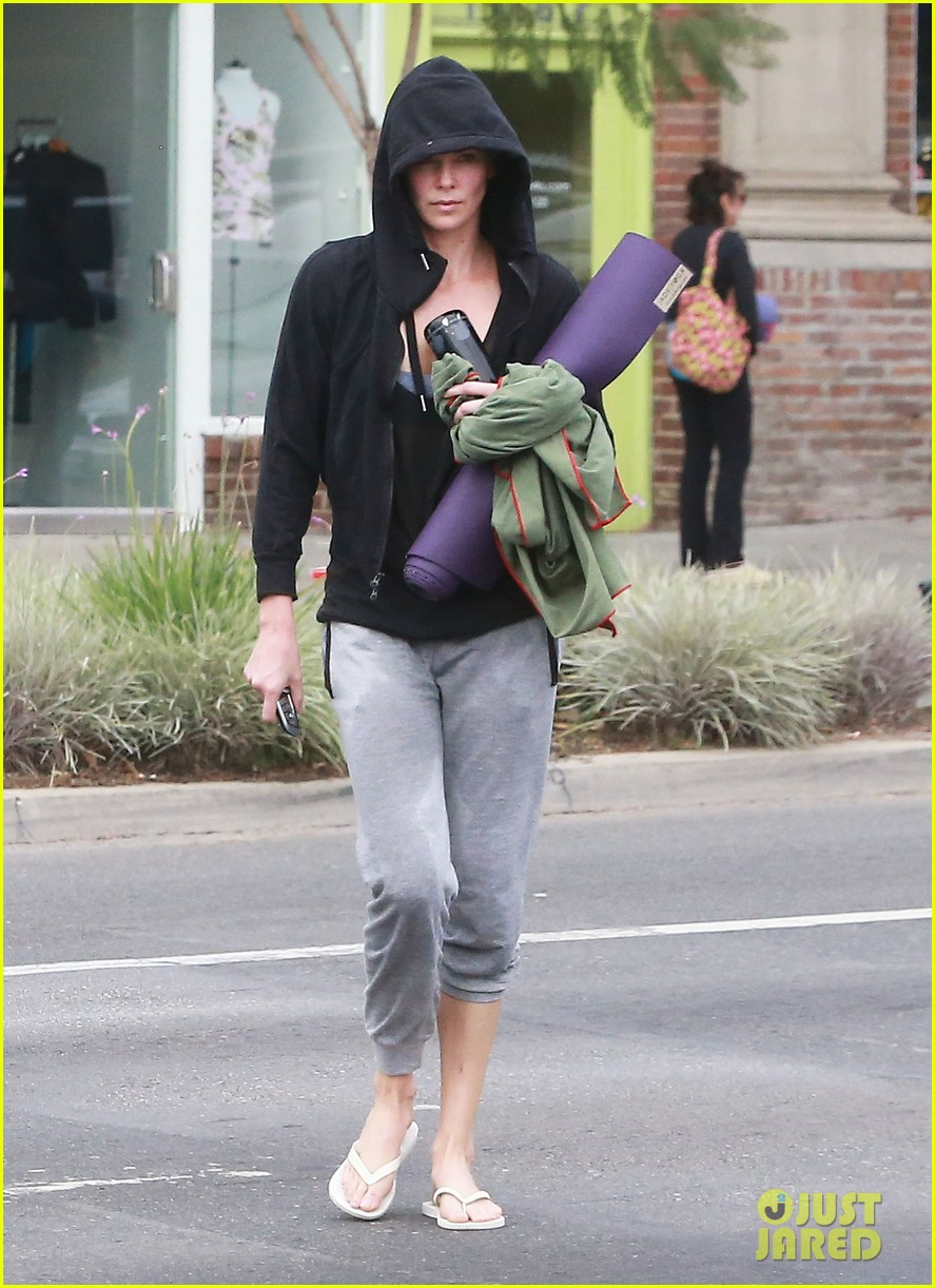 charlize theron always looks pretty even on a sunday morning after working out 013077114