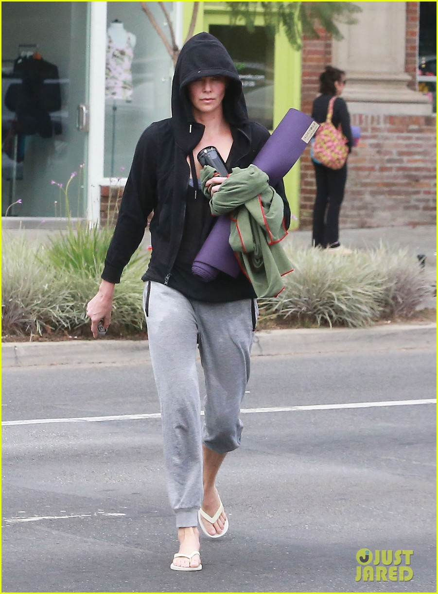 charlize theron always looks pretty even on a sunday morning after working out 033077116