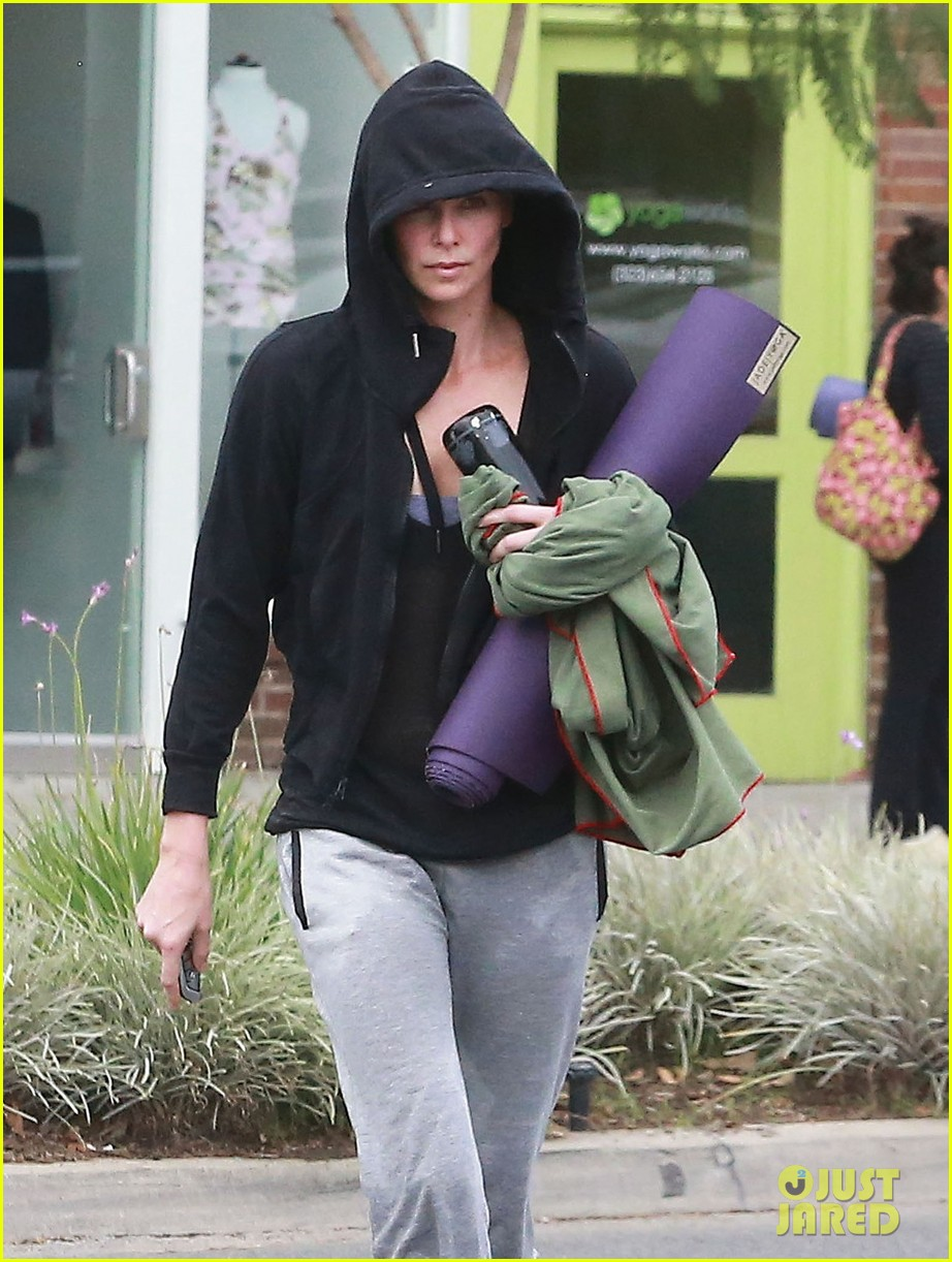 charlize theron always looks pretty even on a sunday morning after working out 043077117