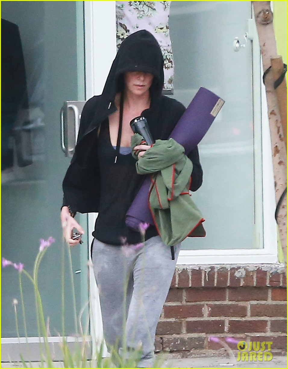 charlize theron always looks pretty even on a sunday morning after working out 073077120