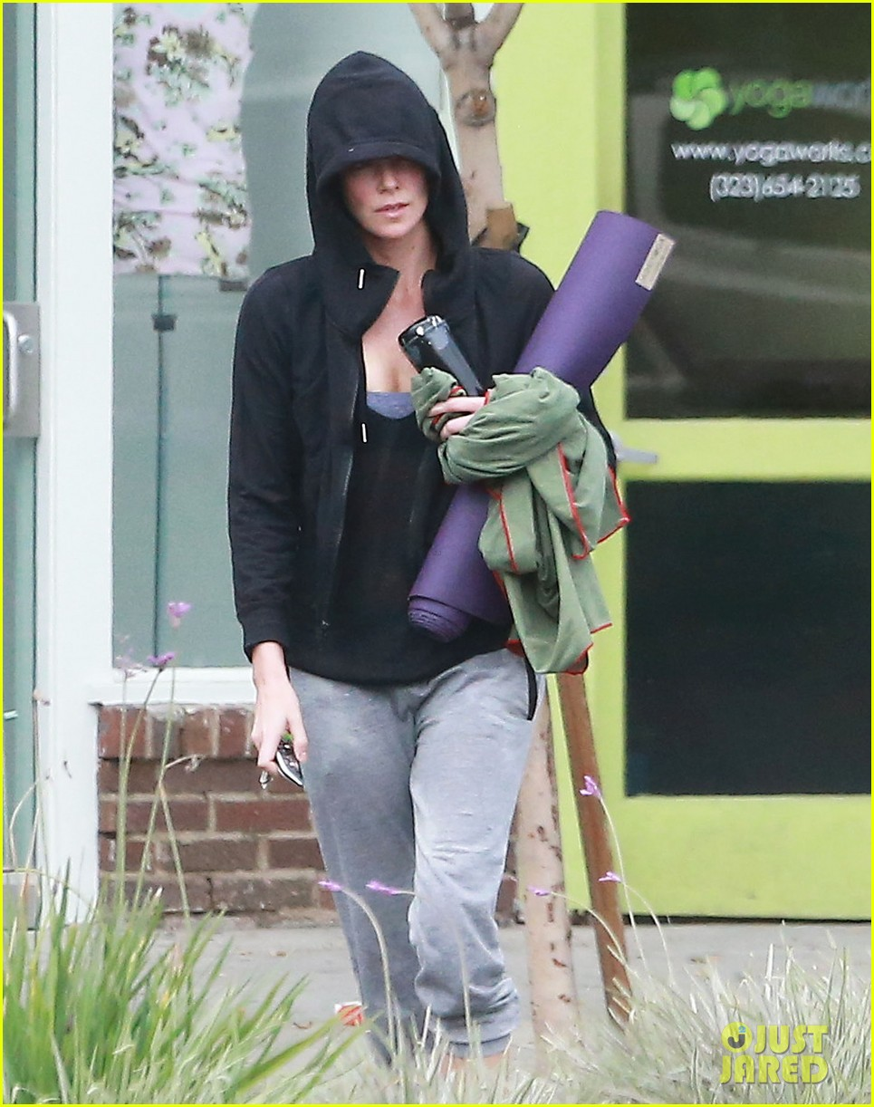 charlize theron always looks pretty even on a sunday morning after working out 083077121