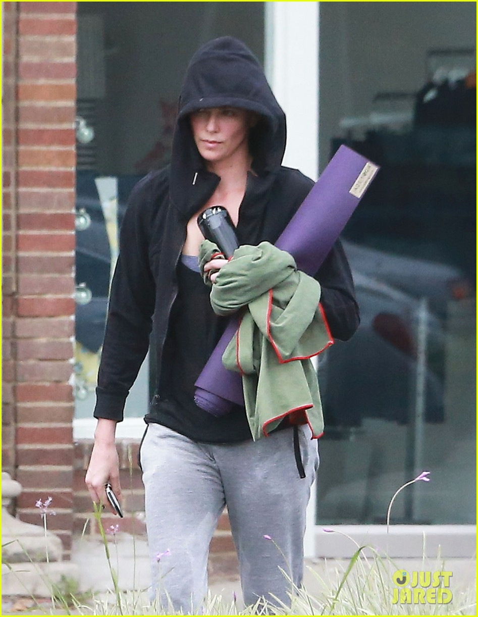 charlize theron always looks pretty even on a sunday morning after working out 093077122