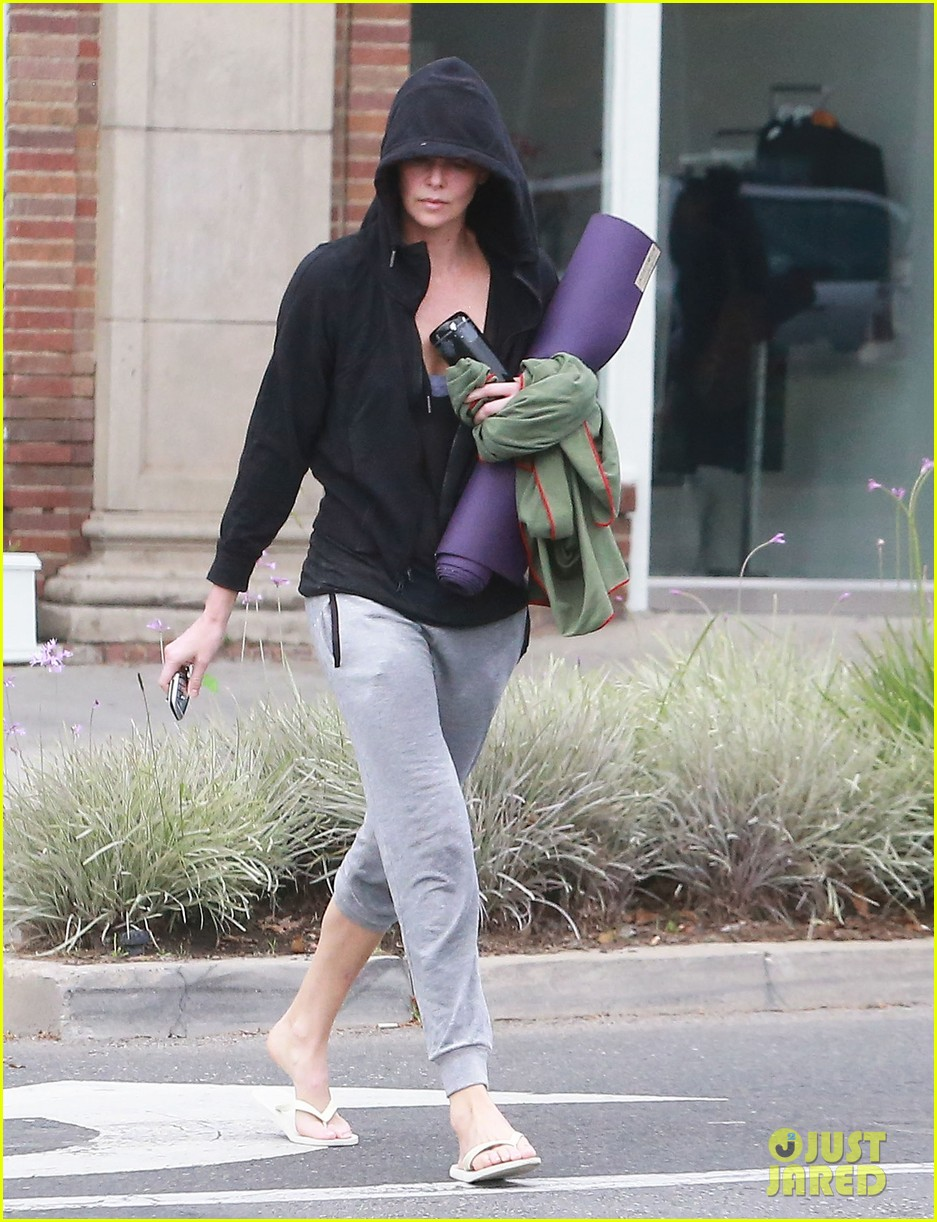 charlize theron always looks pretty even on a sunday morning after working out 103077123