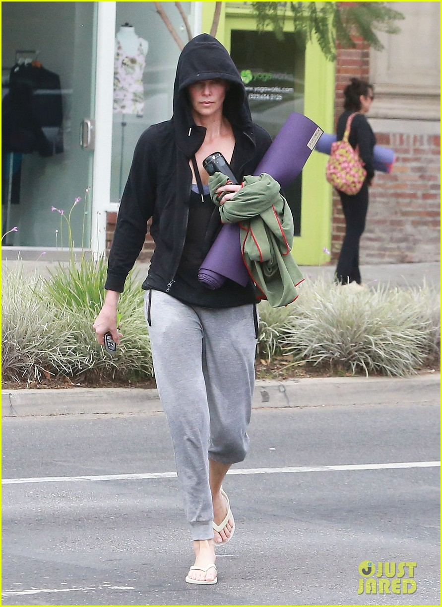 charlize theron always looks pretty even on a sunday morning after working out 123077125