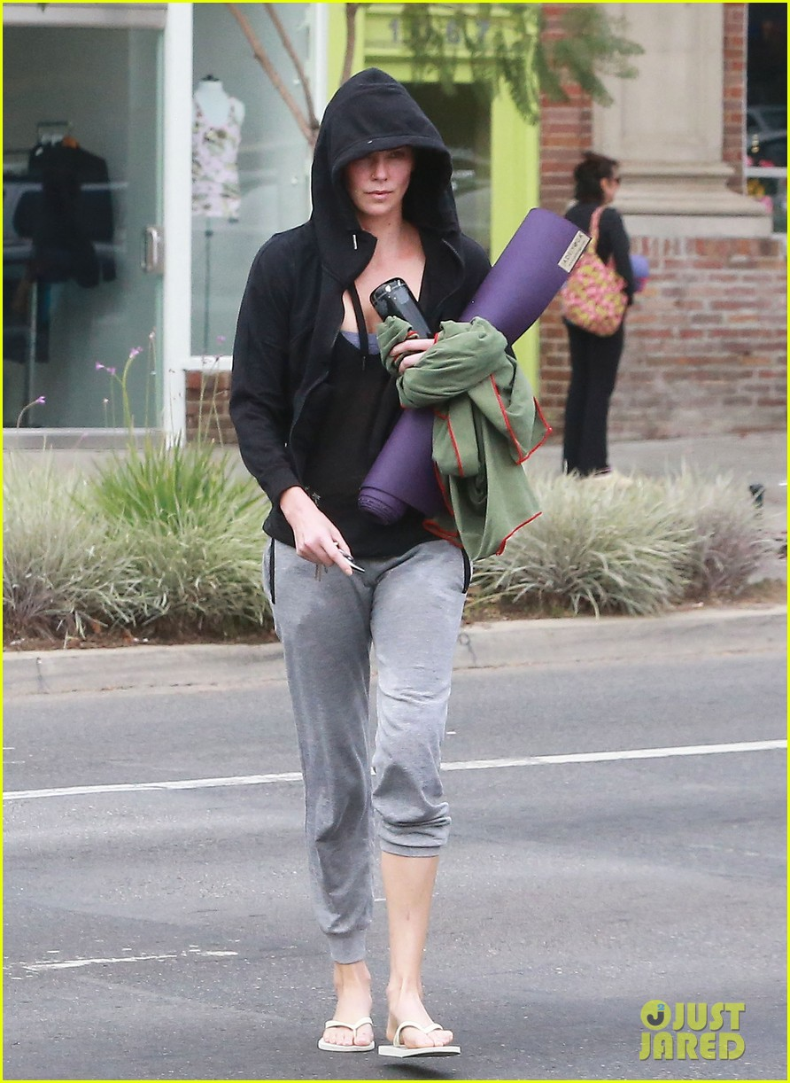 charlize theron always looks pretty even on a sunday morning after working out 133077126