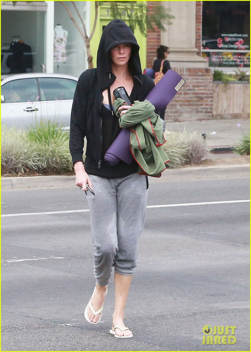 charlize theron always looks pretty even on a sunday morning after working out 153077128