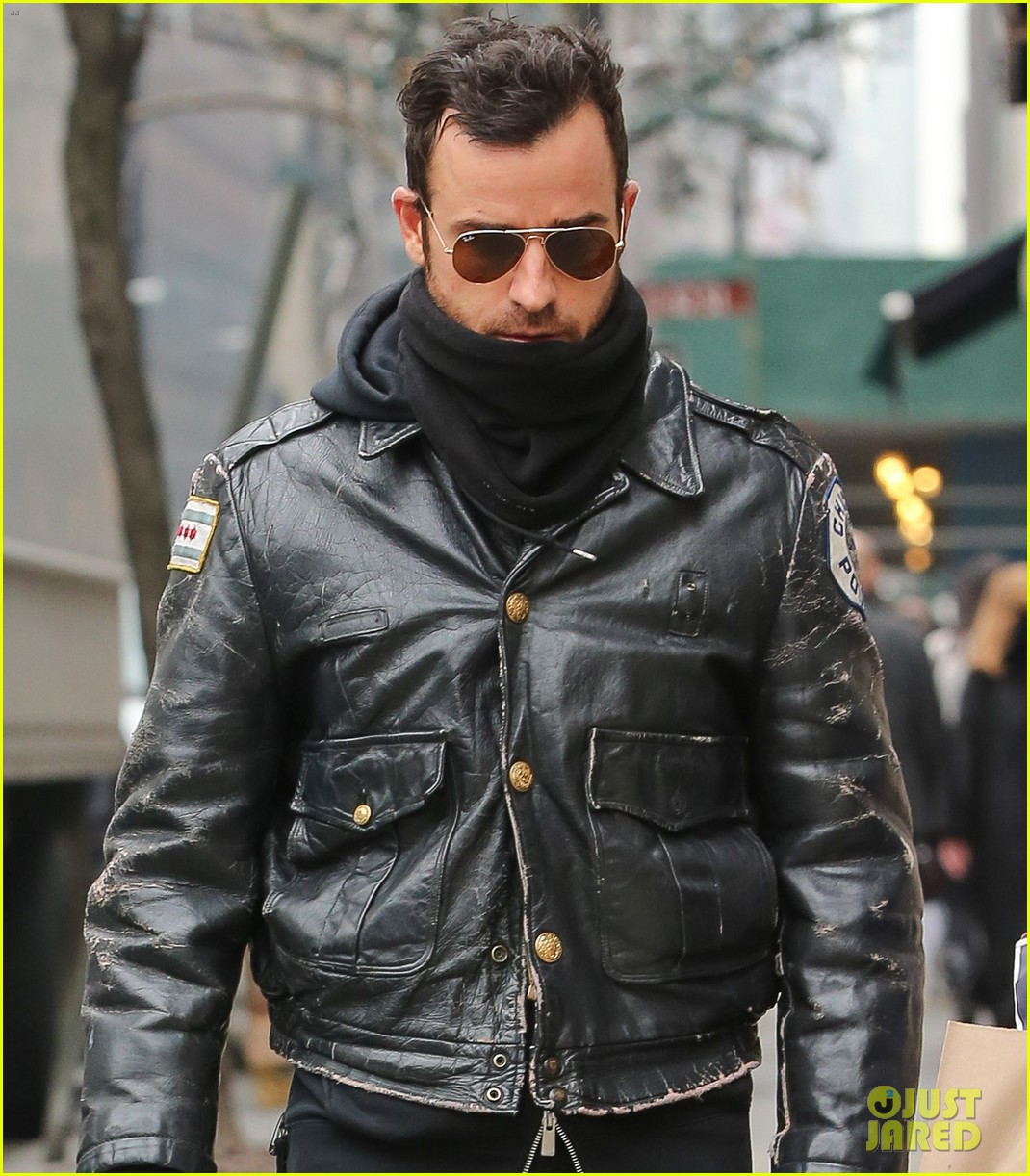 justin theroux stays warm in chicago police 023071067