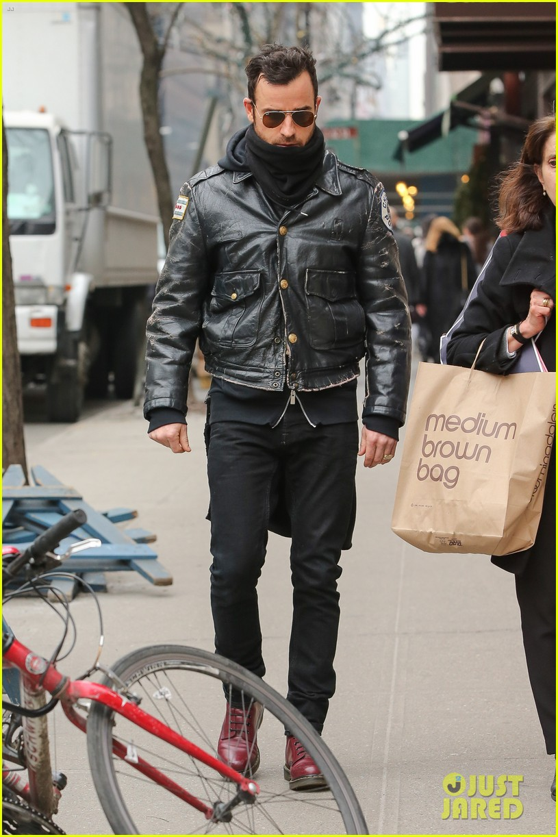 justin theroux stays warm in chicago police 043071069