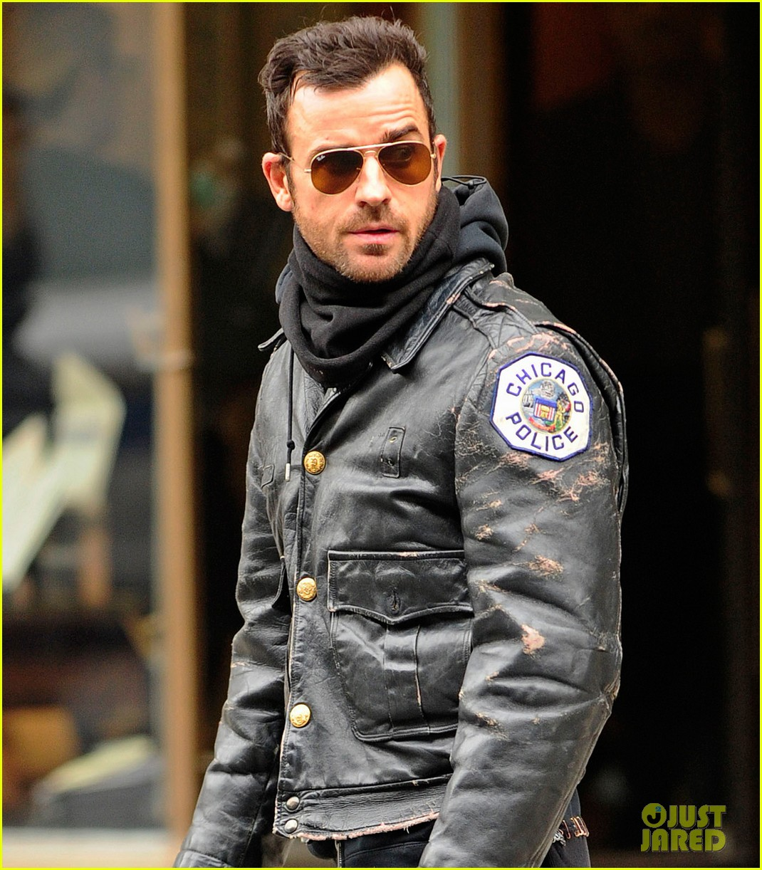 justin theroux stays warm in chicago police 053071070