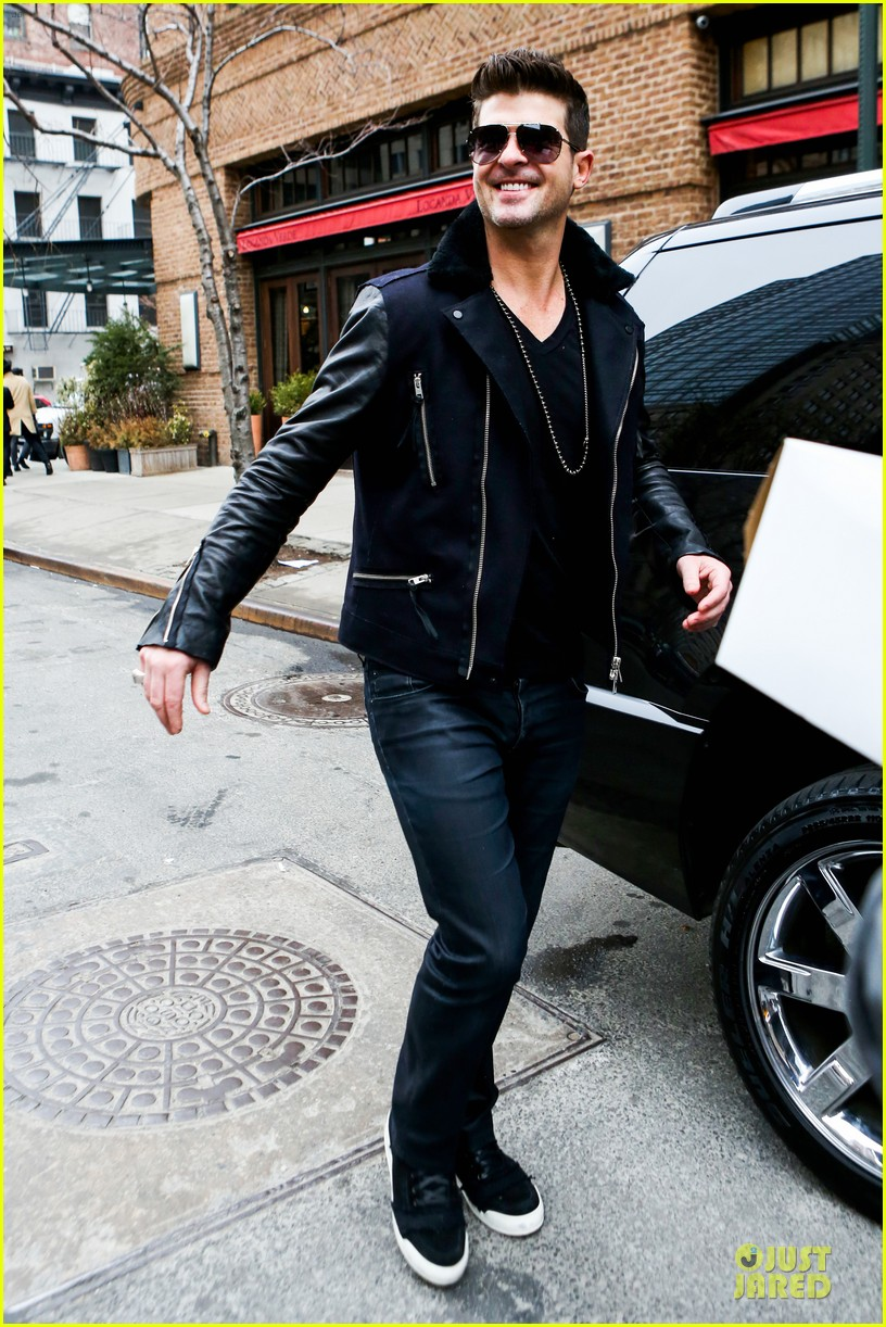 robin thicke is in good spirits without wedding ring in sight 013068259