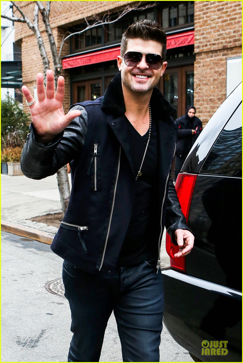robin thicke is in good spirits without wedding ring in sight 023068260