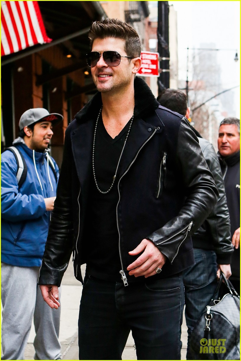 robin thicke is in good spirits without wedding ring in sight 043068262