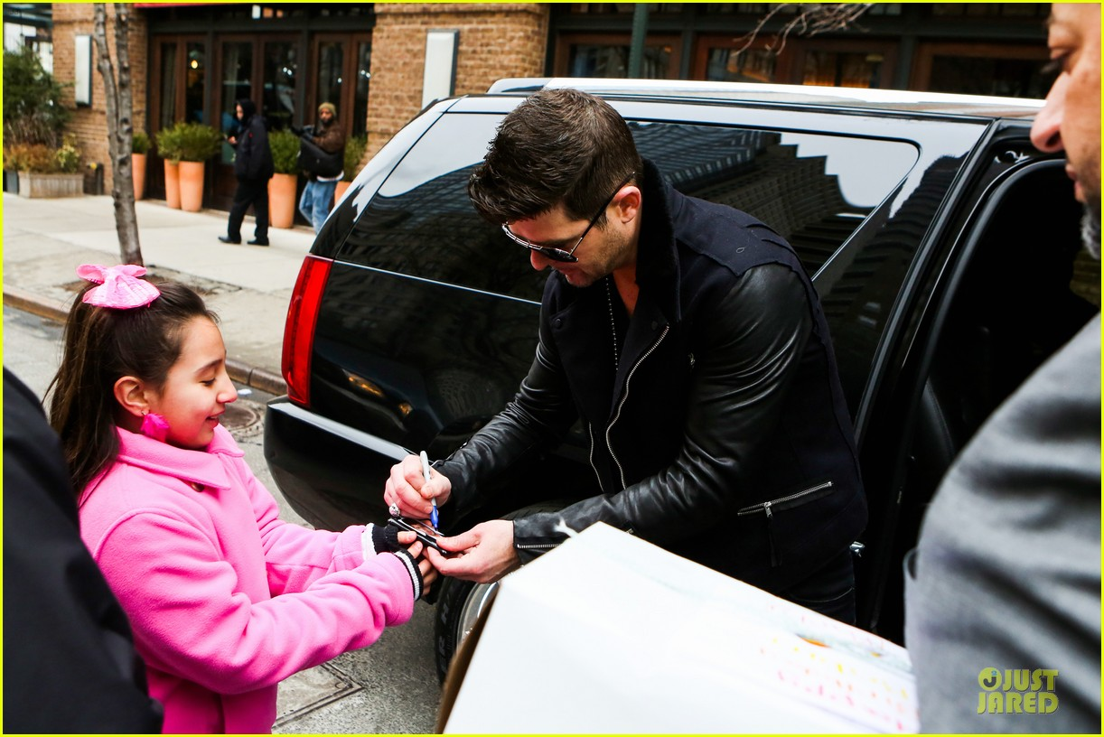 robin thicke is in good spirits without wedding ring in sight 093068267