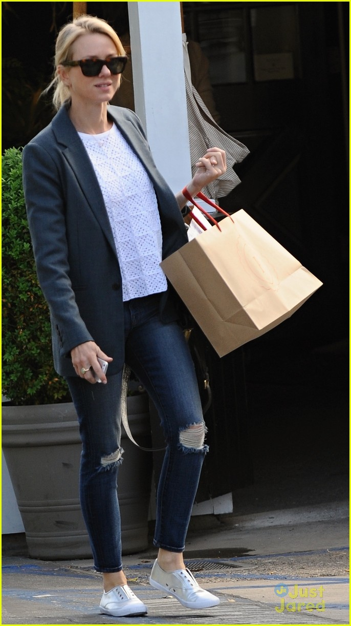 naomi watts trades glam for casual after oscars023068917