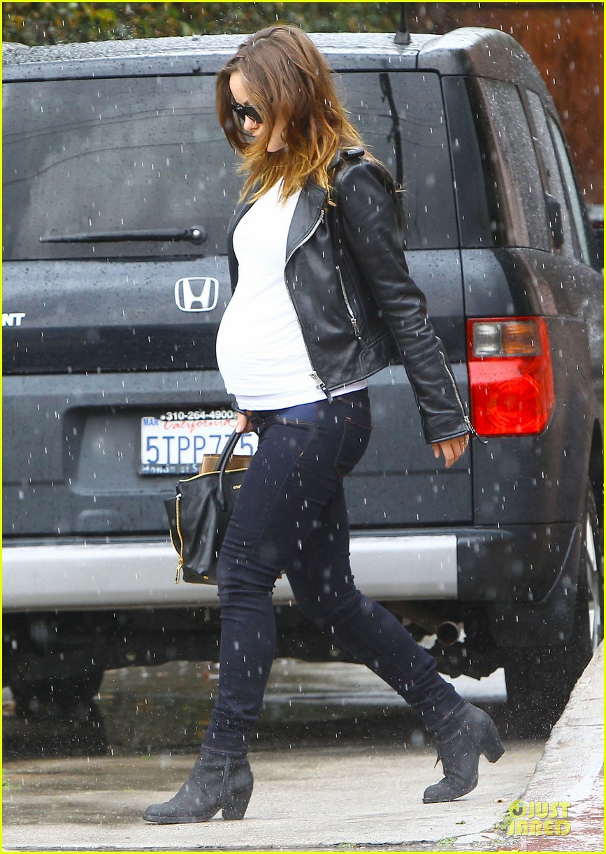 olivia wilde reduces pregnancy fatigue with jason sudeikis shoulder 083066266