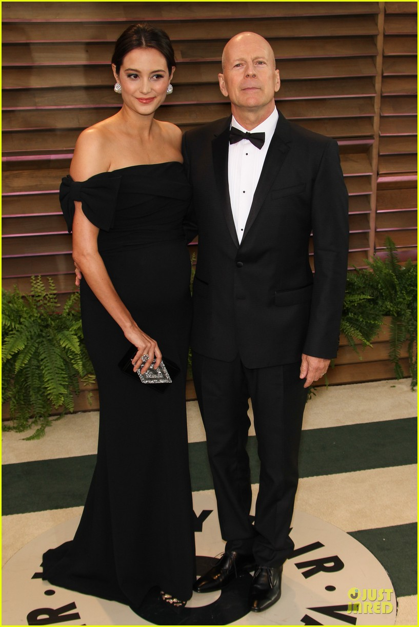 bruce willis cradles emma heming growing baby bump at vanity fair oscars party 2014 083064284