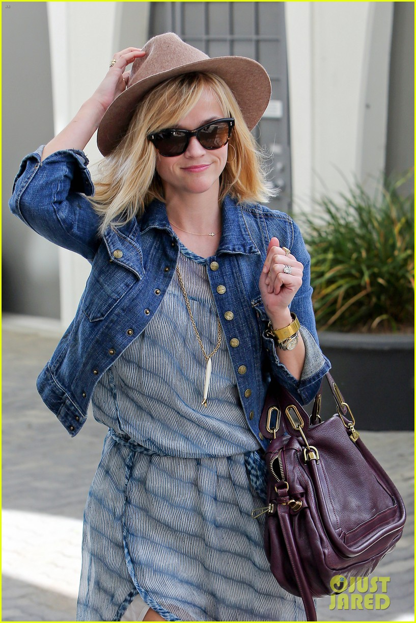 reese witherspoon hat almost blows away 043075688