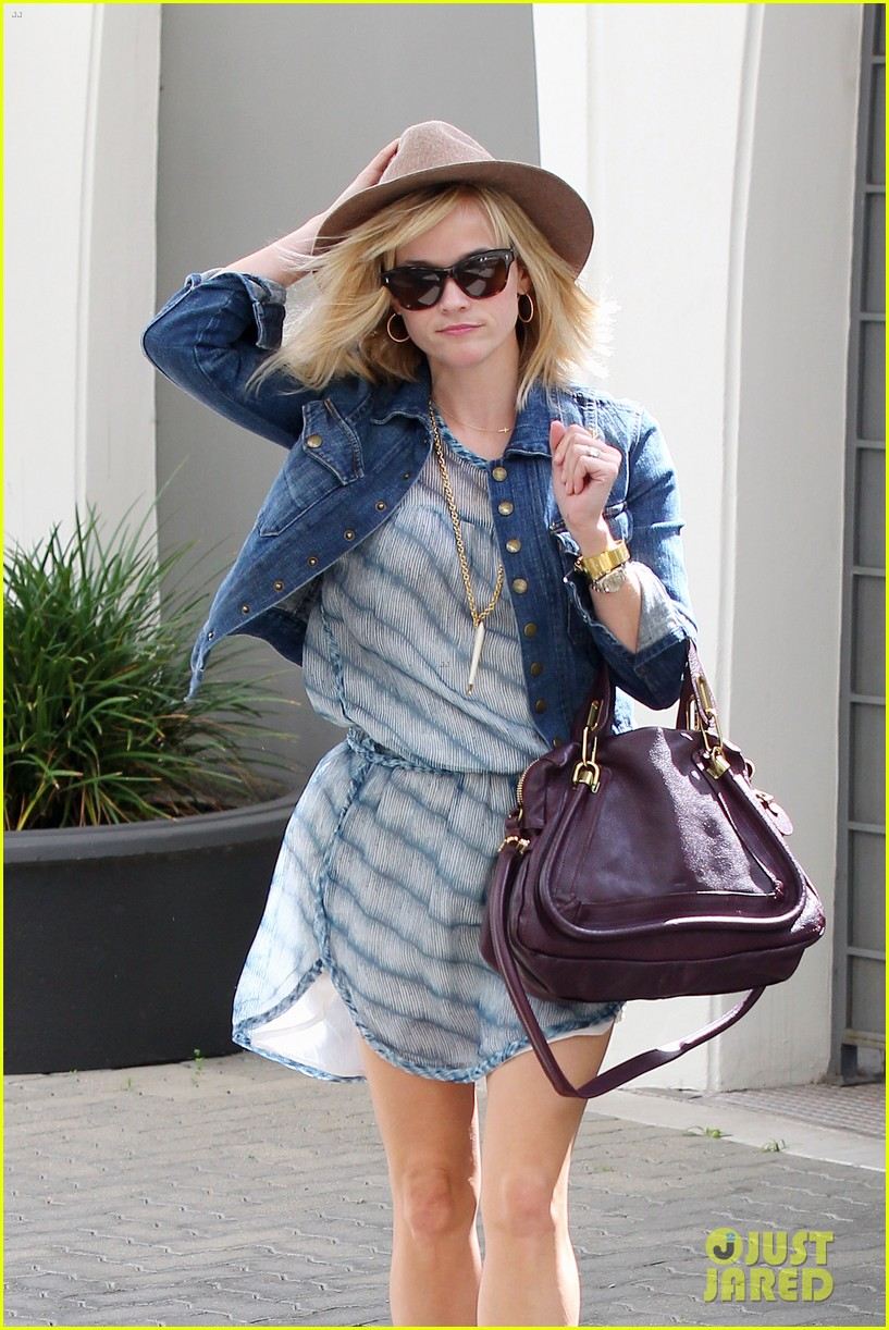 reese witherspoon hat almost blows away 123075696
