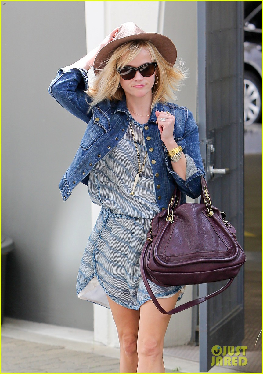 reese witherspoon hat almost blows away 133075697