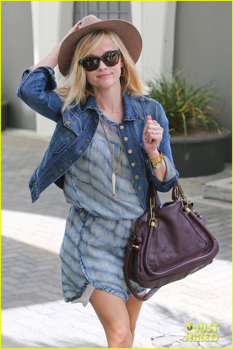 reese witherspoon hat almost blows away 153075699