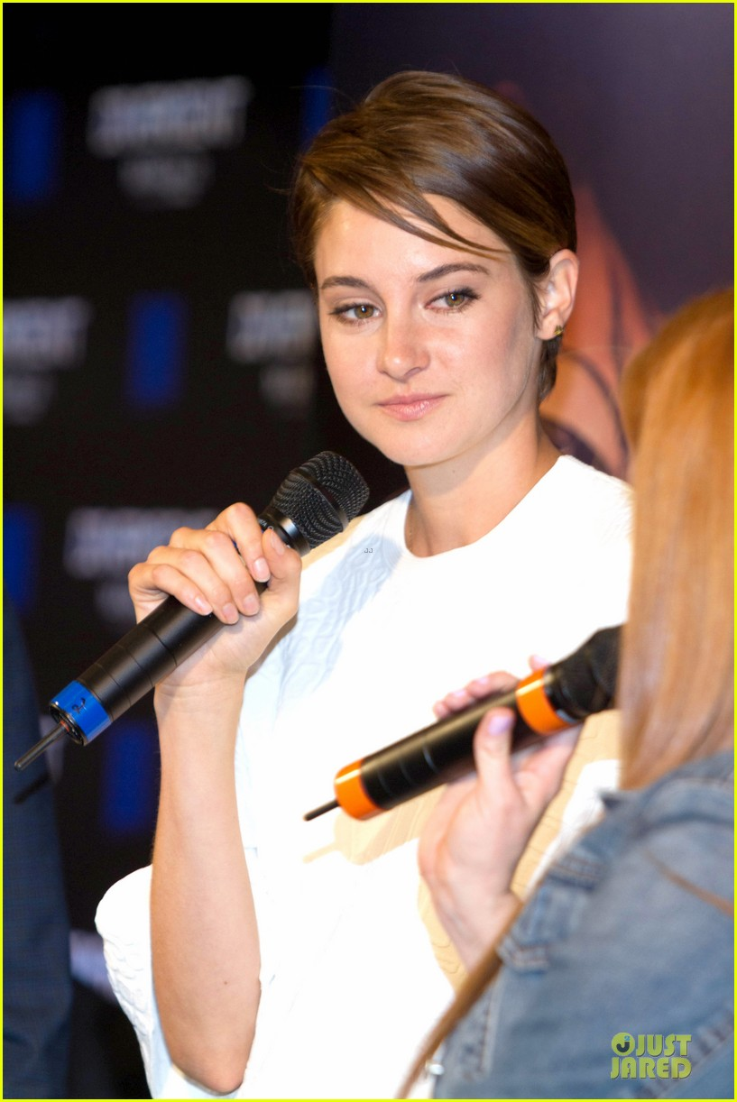 shailene woodley theo james are engrossed with divergent 153065590
