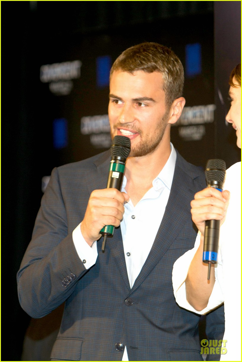 shailene woodley theo james are engrossed with divergent 163065591