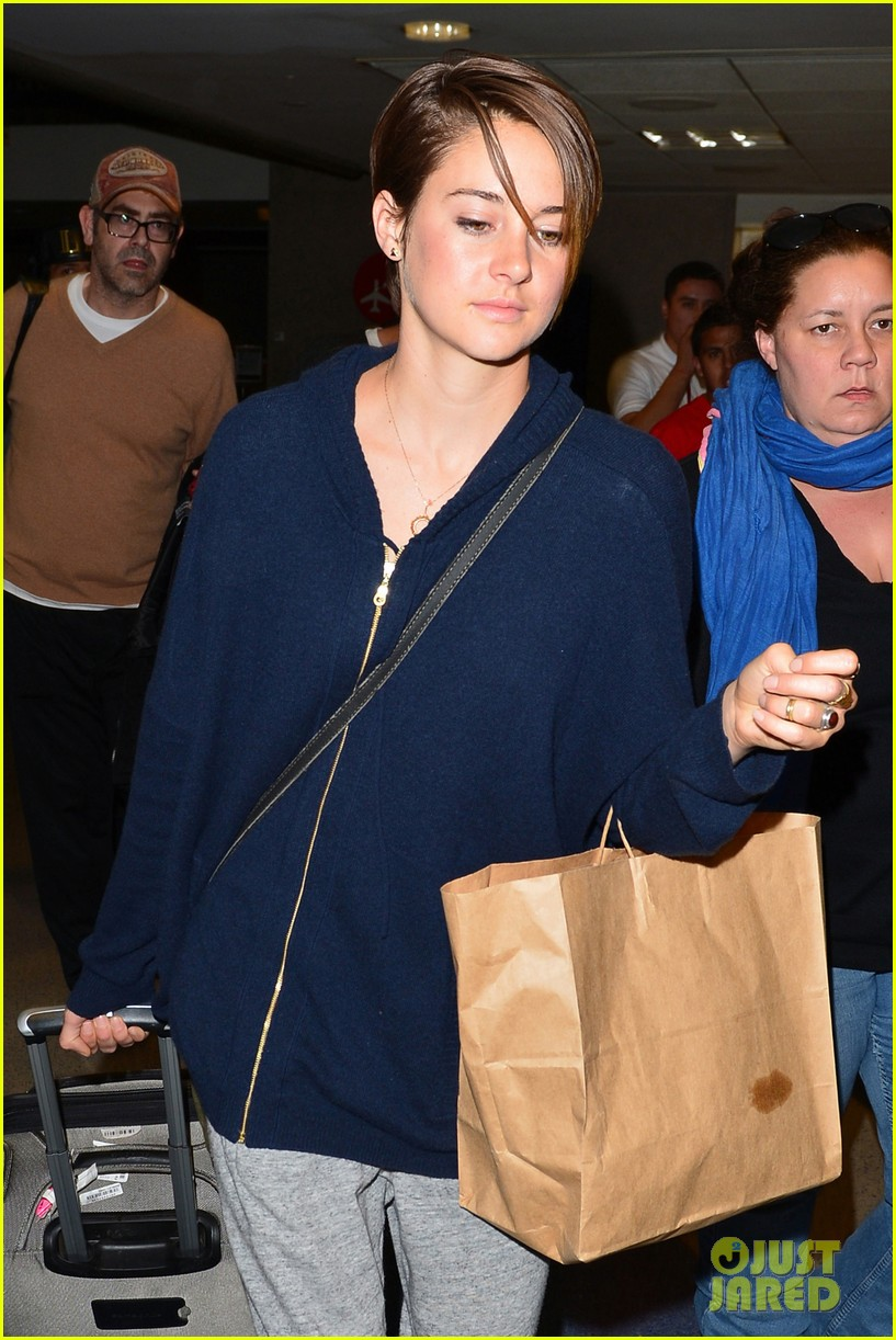 shailene woodley doesnt own a cellphone 023067812