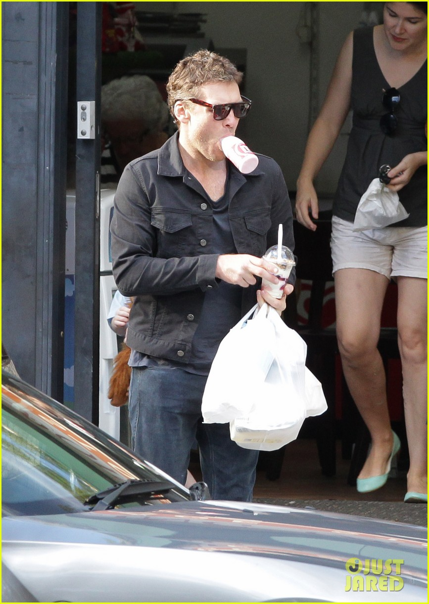 sam worthington juggles bags beverages in sydney 123070474
