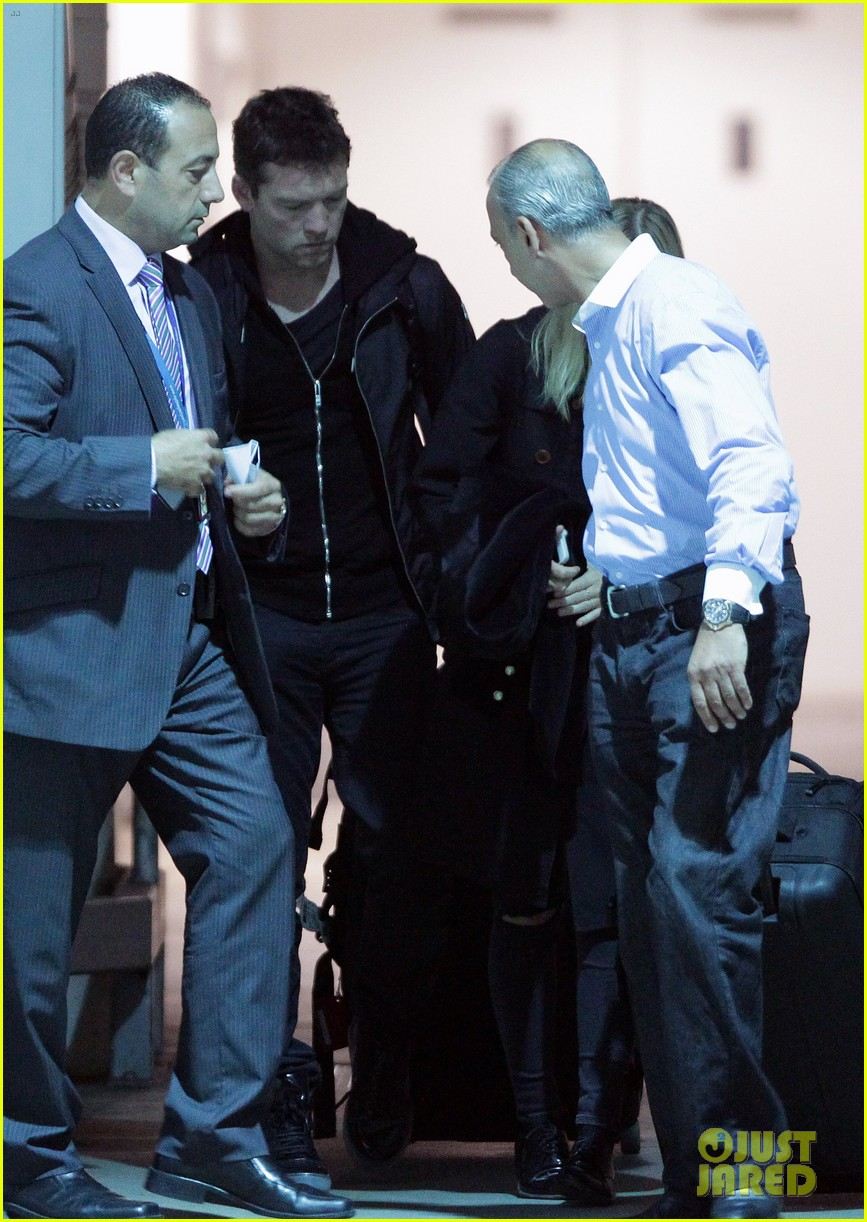 sam worthington arrives at sydney airport with lara bingle 013069225