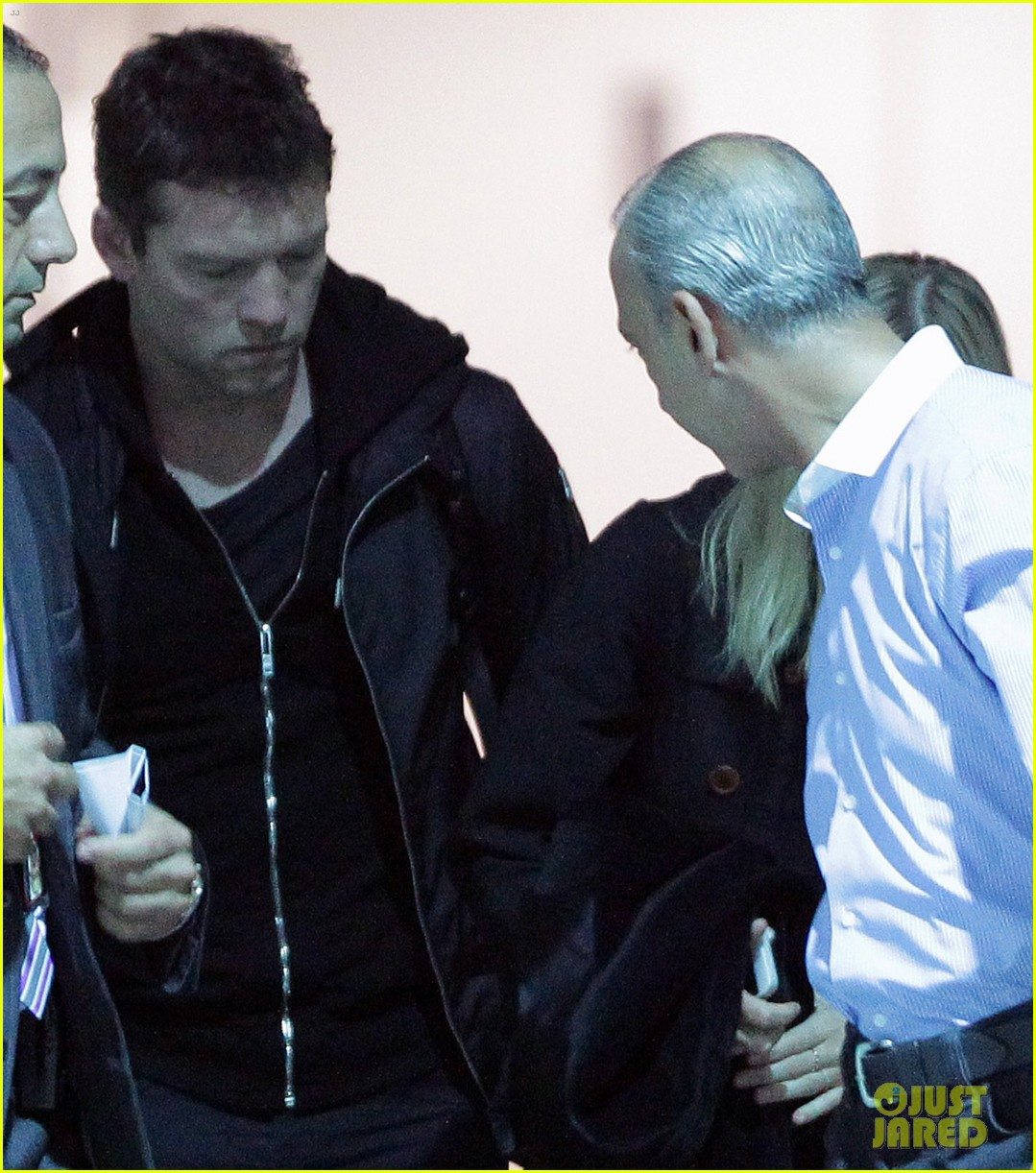 sam worthington arrives at sydney airport with lara bingle 053069229