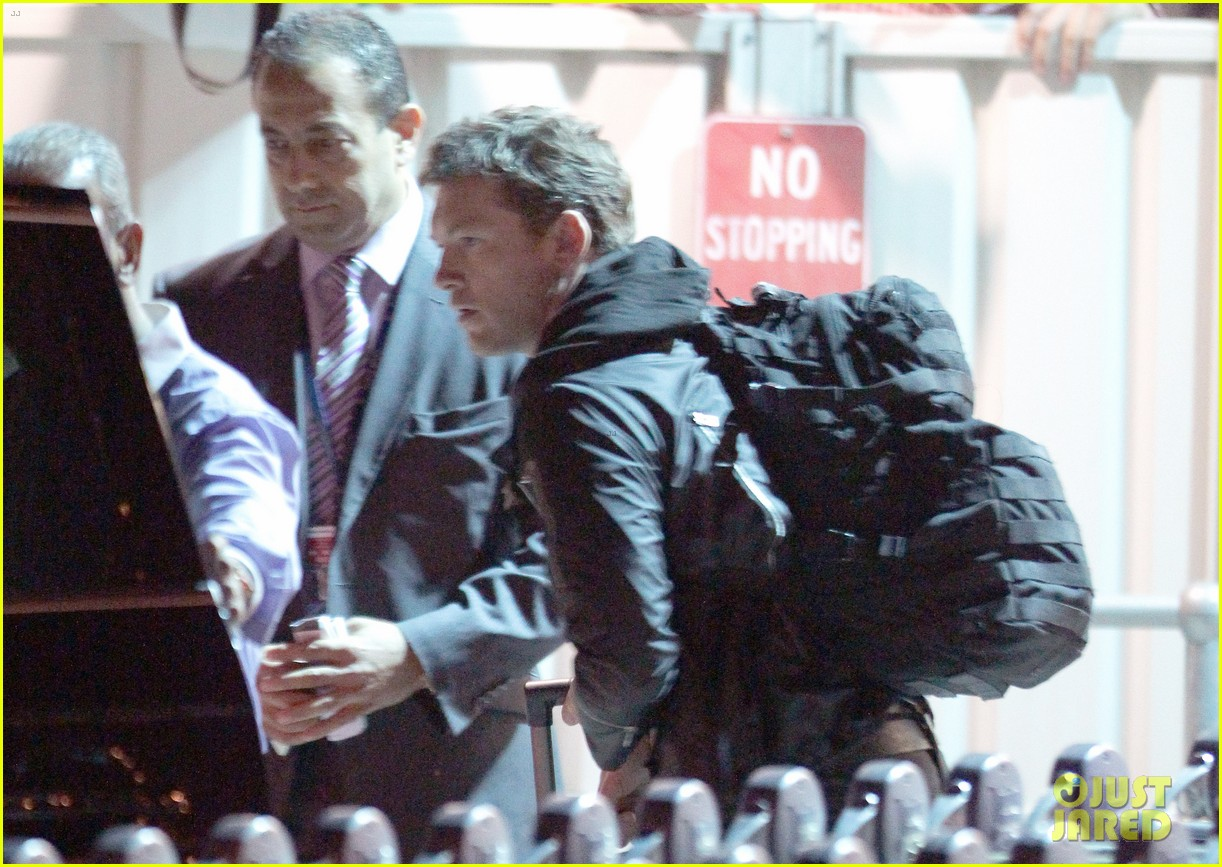 sam worthington arrives at sydney airport with lara bingle 093069233