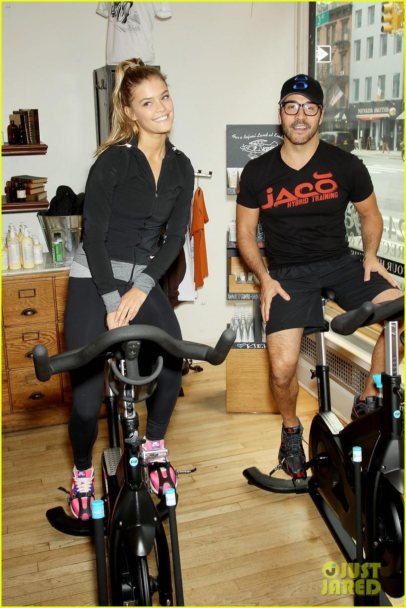 entourage jeremy piven nina agdal reunite for cycling fun 053094322