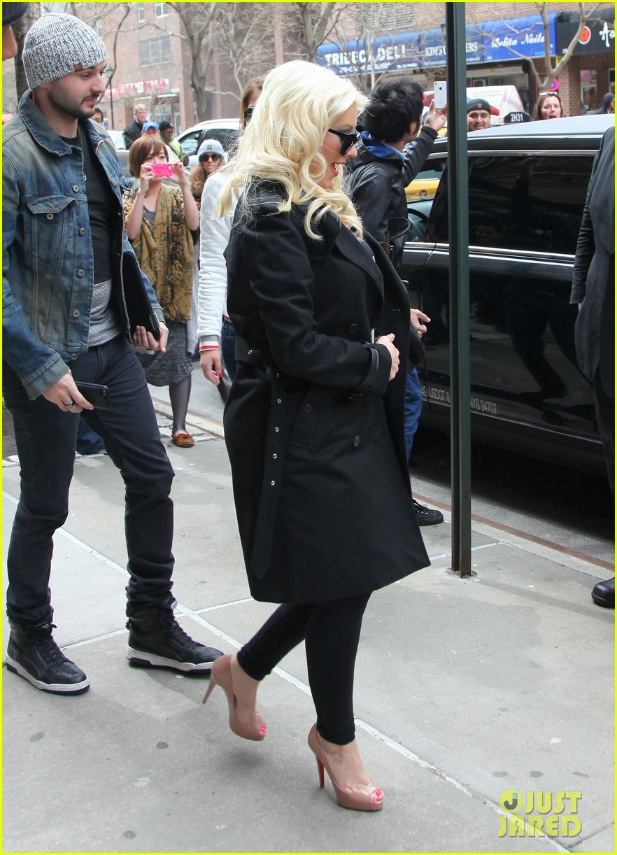 christina aguilera keeps her baby bump covered with chic black trench 033094578