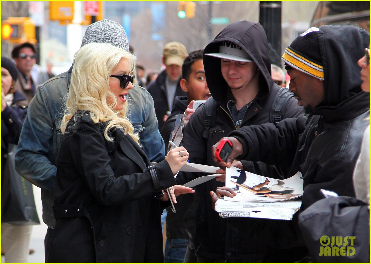 christina aguilera keeps her baby bump covered with chic black trench 043094579