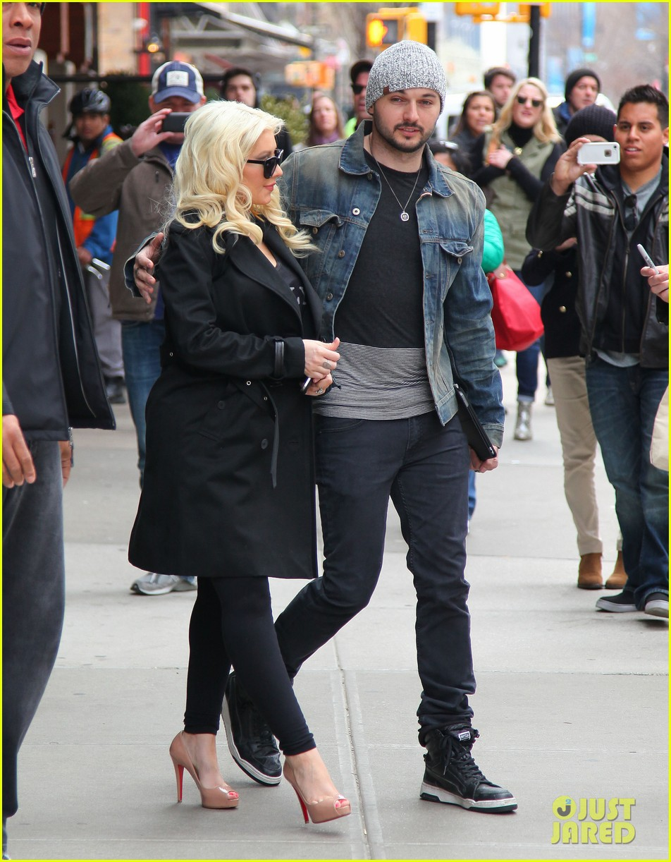 christina aguilera keeps her baby bump covered with chic black trench 06