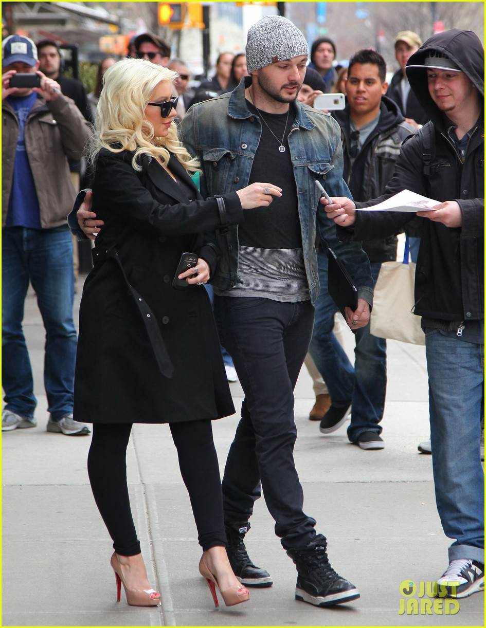 christina aguilera keeps her baby bump covered with chic black trench 093094584