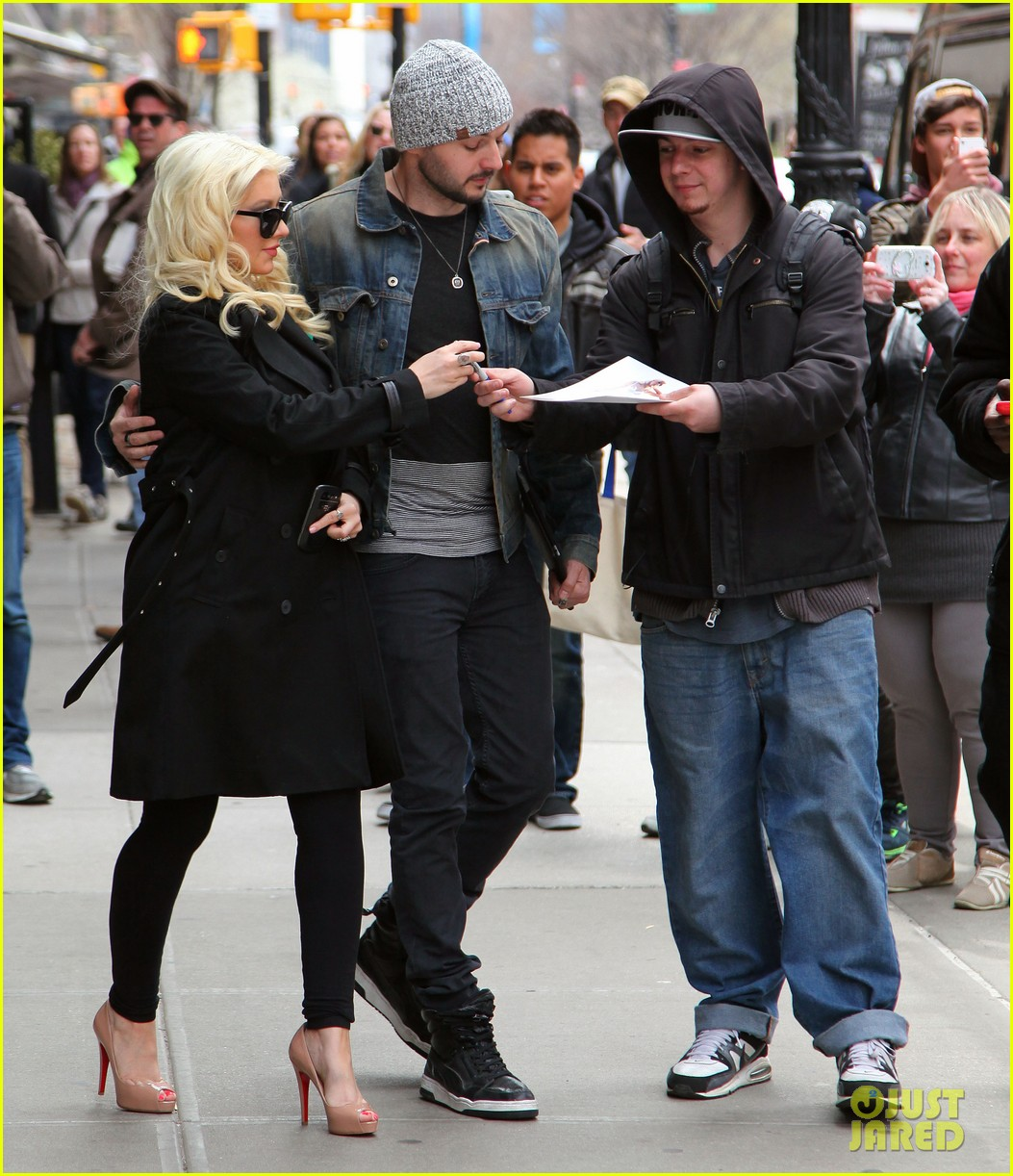 christina aguilera keeps her baby bump covered with chic black trench 103094585