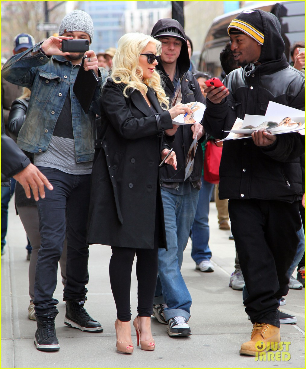 christina aguilera keeps her baby bump covered with chic black trench 13