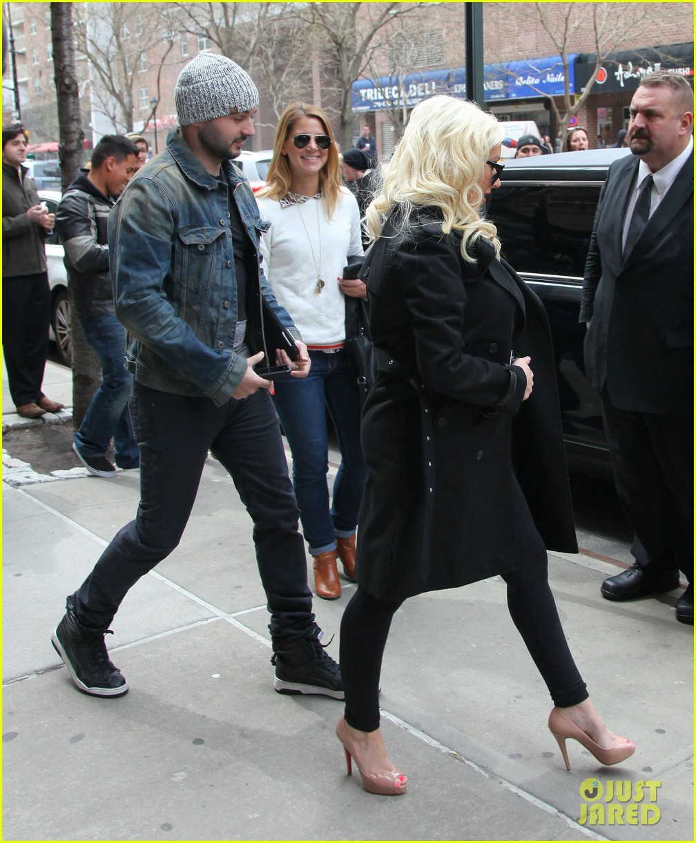christina aguilera keeps her baby bump covered with chic black trench 143094589