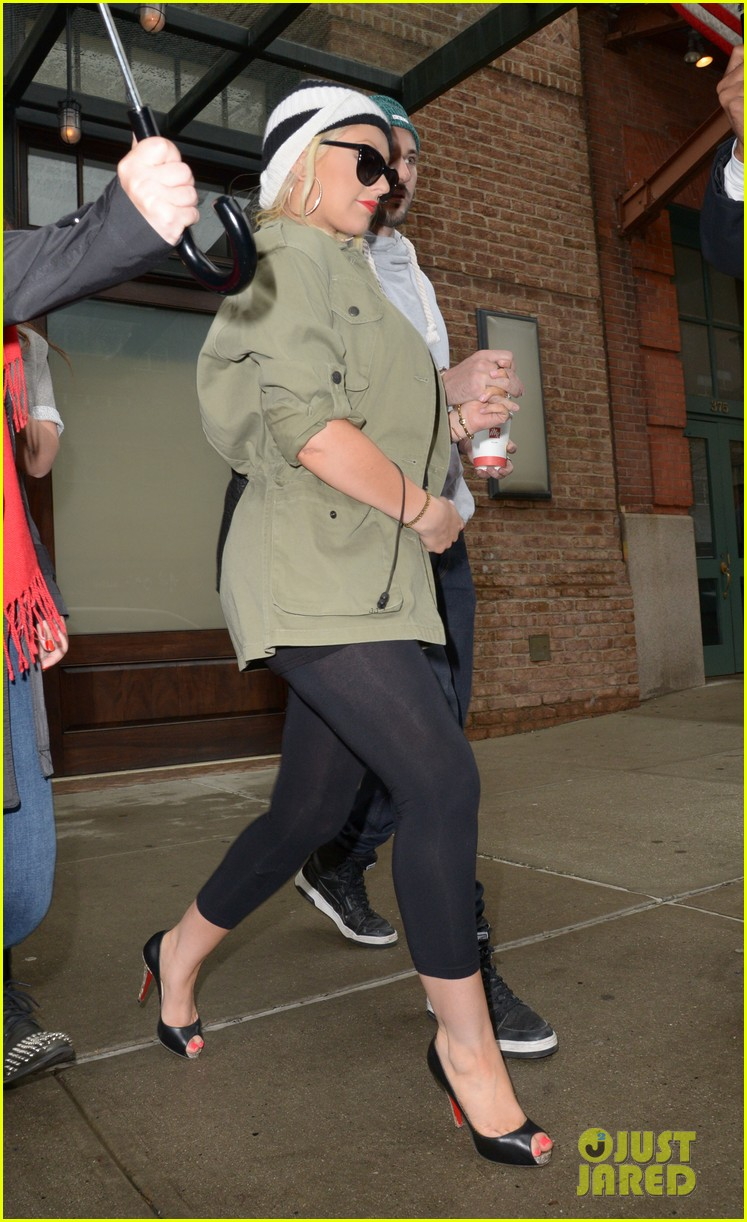 pregnant christina aguilera steps out with fiance matthew rutler 033092799