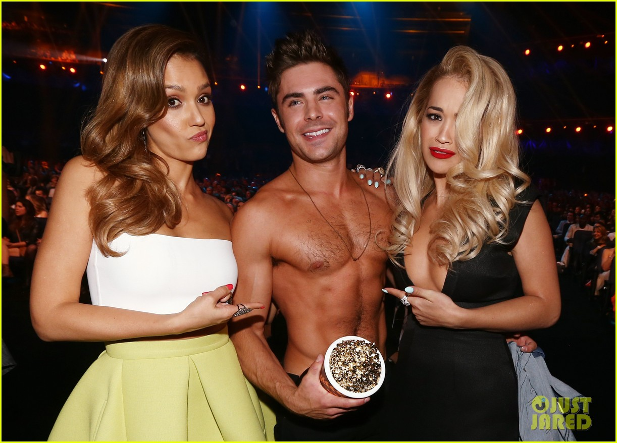 jessica alba mispronounces zac efron name mtv movie awards 2014 113091371