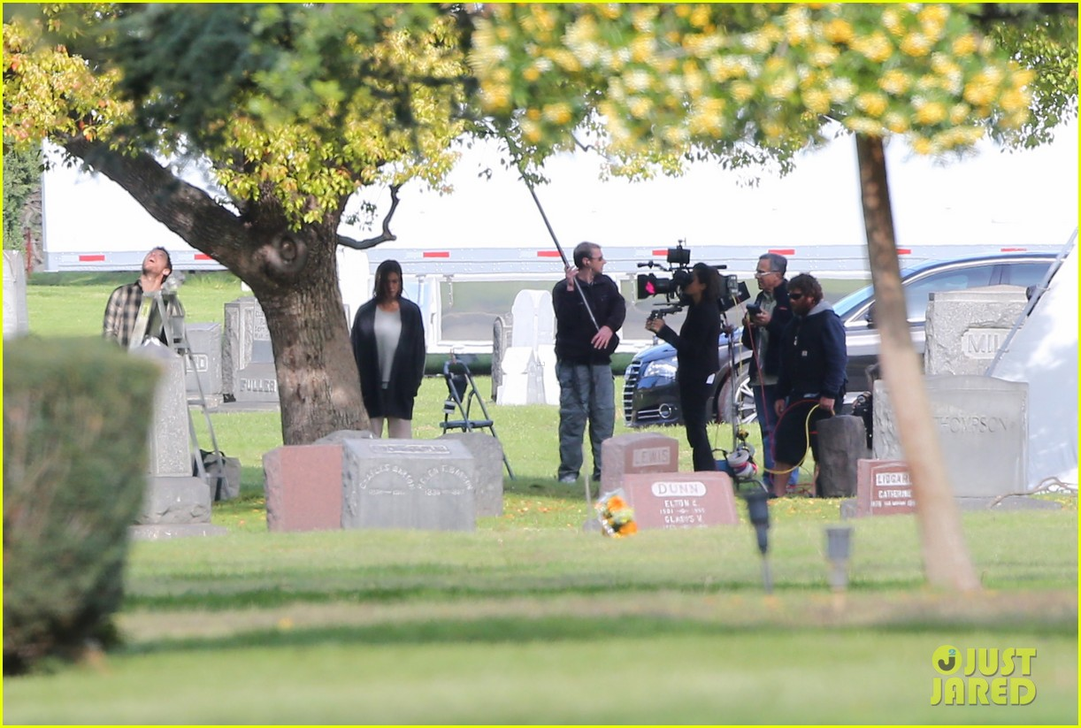 jennifer aniston begins filming cake in a grave yard 023083986