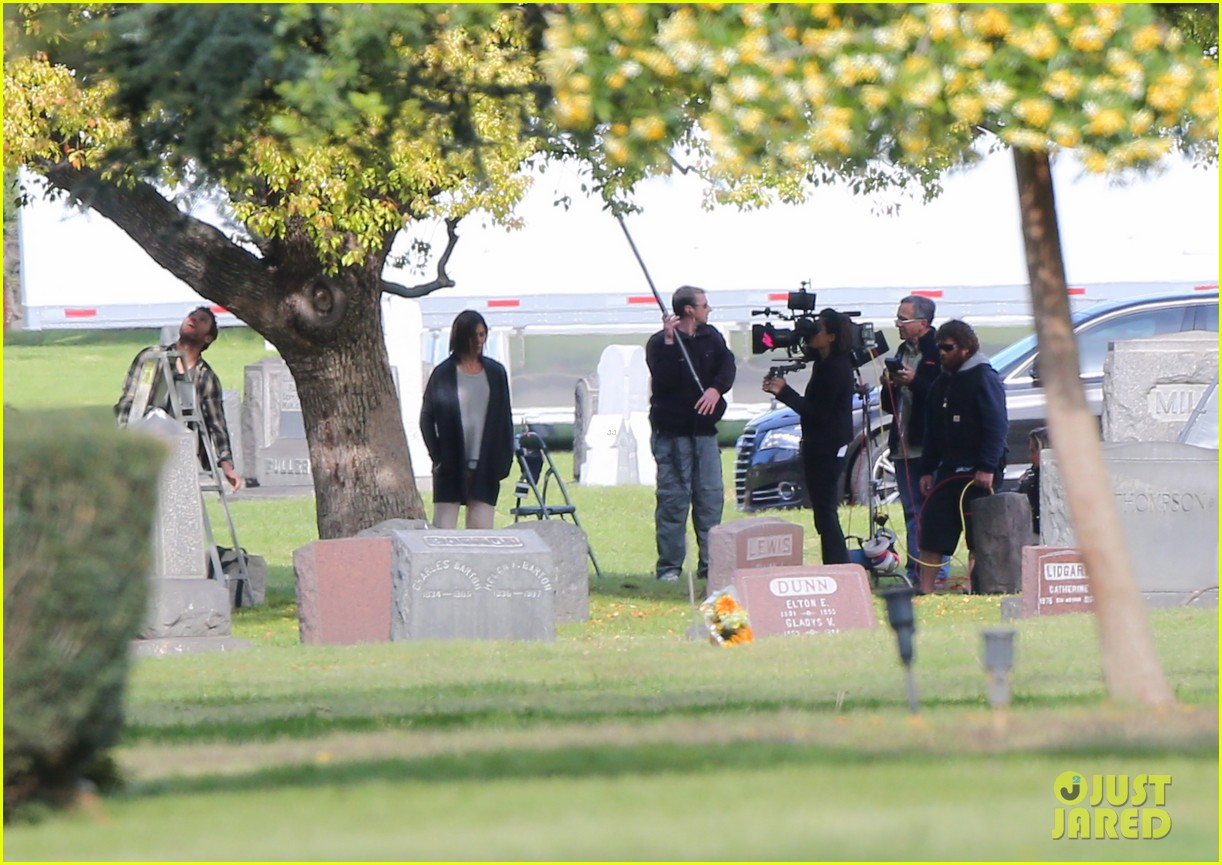 jennifer aniston begins filming cake in a grave yard 063083990