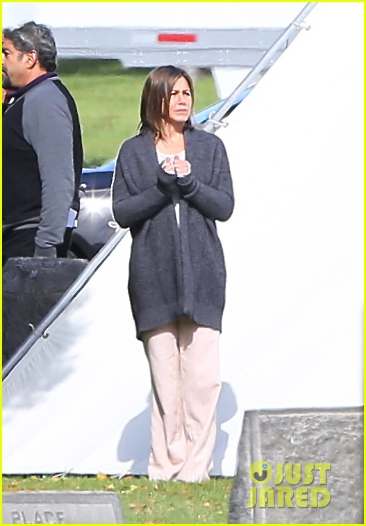 jennifer aniston begins filming cake in a grave yard 083083992