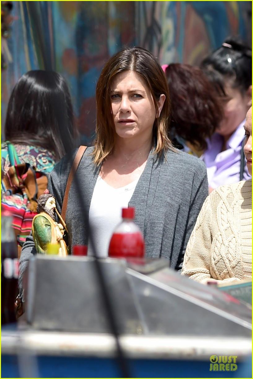 jennifer aniston hides face under a hat 023096910