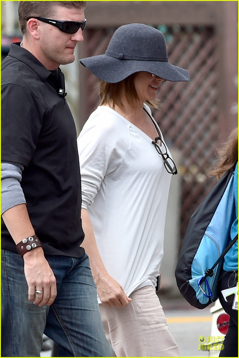 jennifer aniston hides face under a hat 073096915