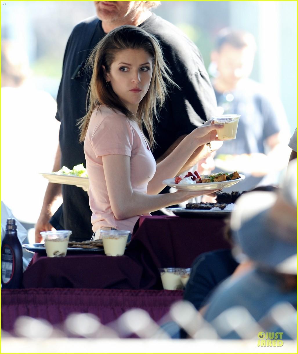 jennifer aniston anna kendrick grab anything but cake 043087032
