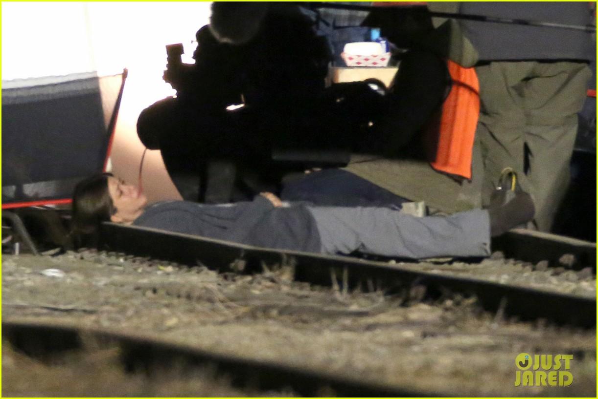 jennifer aniston anna kendrick get emotional lying on train tracks for cake 123098240
